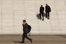 """L'Afep et le Medef ont annoncé vendredi une révision de leur code de bonne conduite sur les rémunérations des dirigeants en donnant au """"say on pay"""", cette procédure de consultation des actionnaires sur la rémunération des dirigeants, un caractère impératif, mais sans aller jusqu'à le rendre contraignant. /Photo d'archives/REUTERS/Benoît Tessier"""