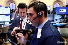 Трейдеры на Уолл-стрит. Американский фондовый рынок открылся ростом в пятницу, поддерживаемый акциями технологического и финансового секторов. REUTERS/Lucas Jackson