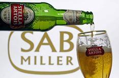Imagen ilustrativa de una cerveza Stella Artois servida en un vaso de la compañía en Sarajevo, nov 5, 2015. La cervecera Anheuser-Busch InBev está a punto de lograr la aprobación condicional por parte de la Unión Europea para adquirir SABMiller por 100.000 millones de dólares, tras acordar una venta sustancial de activos, dijeron tres personas conocedoras de la situación el viernes.  REUTERS/Dado Ruvic