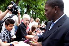 Middleweight boxer Jermain Taylor (R) of the U.S. signs autographs after he was presented at a news conference in Copenhagen July 14, 2009.  REUTERS/Claus Bech/Scanpix Denmark