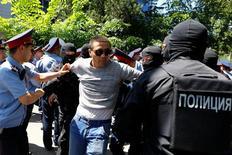 Полиция задерживет участников акции протеста в Алма-Ате 21 мая 2016 года. Полиция разогнала антиправительственные протесты в крупнейшем городе Казахстана Алма-Ате, задержав десятки их участников и оцепив главную площадь. REUTERS/Shamil Zhumatov