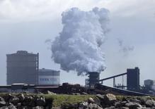 Aciérie Tata Steel à Port Talbot, au Pays de Galles. Excalibur Steel et Liberty House, deux prétendants déclarés à la reprise des actifs britanniques de Tata Steel, pourraient s'associer pour soumettre une offre commune sur ses aciéries, croit savoir le journal Sunday Times. /Photo prise le 26 avril 2016/REUTERS/Rebecca Naden