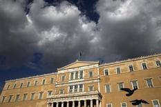 Los legisladores griegos aprobaron el domingo una ley que incrementa impuestos, crea un nuevo fondo de privatización y libera la venta de préstamos en mora a cambio de unos muy necesarios créditos del rescate y un alivio para la deuda. En la imagen, la bandera nacional griega ondea en lo alto del Parlamento en Atenas, el 11 de abril de 2016.  REUTERS/Alkis Konstantinidis