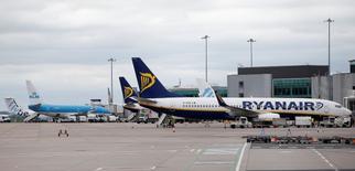 La aerolínea irlandesa de bajo coste Ryanair planea recortar drásticamente sus tarifas en los próximos meses para aumentar su cuota en un mercado europeo cada vez más competitivo en distancias cortas, pero dijo que aún prevé lograr un aumento de sus beneficios. En la imagen, un avión de Ryanair en el aeropuerto de Manchester, 26 de mayo  2015.  REUTERS/Andrew Yates