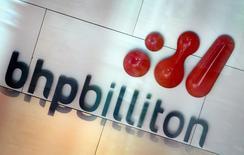 Imagen de archivo del logo de la minera BHP Billiton en su sede en Melbourne, nov 30, 2003. Los trabajadores de la mina chilena Spence de BHP Billiton iniciaron el lunes una paralización de 24 horas en demanda de mejoras contractuales, informó a Reuters el sindicato.  REUTERS/Tim Wimborne
