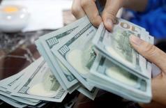 Funcionário de um banco conta notas de dólar em Hanói, Vietnã 16/05/2016 REUTERS/Kham