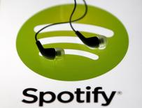 Le service d'écoute de musique en ligne Spotify fait état pour 2015 d'un chiffre d'affaires en hausse de 80% à 1,945 milliard d'euros grâce à son développement sur de nouveaux marchés. /Photo d'archives/REUTERS/Dado Ruvic