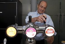 La mayor cervecera mundial Anheuser-Busch InBev consiguió el visto bueno regulatorio de la UE el martes para la compra de SABMiller por más de 100.000 millones de dólares, a condición de que venda casi todo el negocio de cerveza de SABMiller en Europa.  En la imagen, Carlos Brito, presidente ejecutivo de Anheuser-Busch InBev sirve una cerveza tras la junta de accionistas del gurpo en Bruselas el 27 de abril. REUTERS/Francois Lenoir