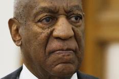 El actor estadounidense Bill Cosby deja un tribunal tras una audiencia preliminar, en Norristown, Pensilvania. Estados Unidos. 24 de mayo de 2016. Una jueza estadounidense decidió el martes que el actor Bill Cosby sea sometido a juicio por acusaciones de abuso sexual, luego de determinar que existe evidencia suficiente para sustentar el caso en el tribunal por supuestamente haber atacado a una mujer en 2004 tras suministrarle drogas. REUTERS/Matt Rourke/POOL
