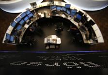 Les Bourses européennes évoluent mercredi dans le vert à la mi-séance, portées notamment par les banques. Le CAC 40 parisien gagne 0,98%, à 4.475,17 vers 10h25 GMT. Le Dax à Francfort progresse de 1,29% et le FTSE à Londres de 0,61%. /Photo d'archives/REUTERS/Lisi Niesner