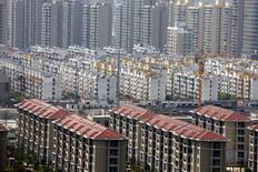 Edificios de un complejo residencial en Huaibei, China. 18 de abril de 2016. Los principales bancos de China están otorgando más hipotecas y créditos al sector de bienes raíces que en cualquier otro periodo desde la última crisis financiera, quedando más vulnerables a turbulencias del mercado en medio del fuerte aumento de los precios de viviendas y el elevado endeudamiento. REUTERS/China Daily