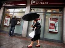 Banco Popular a annoncé un projet d'augmentation du capital de 2,5 milliards d'euros au plus par le biais d'une émission de quelque deux milliards d'actions nouvelles au prix de 1,25 euro, opération destinée à renforcer son bilan, améliorer sa rentabilité et protéger son dividende. /Photo d'archives/REUTERS/Sergio Perez