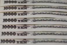 Купюры валюты иена в Токио 28 февраля 2013 года. Иена подскочила в четверг, лишив доллар преимущества и заставив инвесторов закрывать позиции перед потенциально несущими риски событиями, такими как речь главы Федрезерва США Джанет Йеллен. REUTERS/Shohei Miyano/File Photo