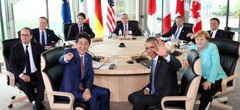 Los líderes del Grupo de los Siete países más desarrollados (G7) expresaron el jueves su preocupación por las economías emergentes durante una cumbre y su anfitrión, el primer ministro japonés, Shinzo Abe, hizo una comparación con la crisis financiera global de 2008. En la imagen, participantes de la cumbre G7; (desde el frente en sentido de las agujas del reloj) el primer ministro japonés, Shinzo Abe, el presidente francés, François Hollande, el primer ministro británico, David Cameron, el canadiense, Justin Trudeau, el presidente de la Comisión Europea, Jean-Claude Juncker, el del Consejo Europeo, Donald Tusk, el primer ministro italiano, Matteo Renzi, la canciller alemana, Angela Merkel, y el presidente de EEUU, Barack Obama, en el Hotel Shima Kanko en Shima, el 26 de mayo de 2016.  REUTERS/Pool