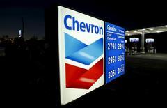 """Автозаправочная станция Chevron в Кардифе. Деятельность компании Chevron's по добыче нефти в дельте Нигера была остановлена из-за атаки боевиков на линию электропередач, идущую в терминал """"Эскравос"""", сообщил источник в компании. REUTERS/Mike Blake/File Photo"""