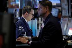 La Bourse de New York prolonge son mouvement de hausse jeudi à l'ouverture, l'économie américaine donnant des signes supplémentaires de vigueur. Le Dow Jones gagne 0,09%, à 17.868,01. Le Standard & Poor's 500 progresse de 0,10%. Le Nasdaq est quasiment stable (+0,04%). /Photo prise le 25 mai 2016/REUTERS/Brendan McDermid
