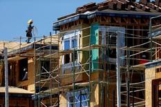 Un trabajador camina sobre un andamio en un sitio de construcción de casas en Carlsbad, California, Estados Unidos. 22 de septiembre de 2014. Los contratos para comprar casas usadas en Estados Unidos aumentaron mucho más de lo esperado en abril a su mayor nivel en más de una década, en otra señal de que la economía está cobrando impulso en el segundo trimestre. REUTERS/Mike Blake