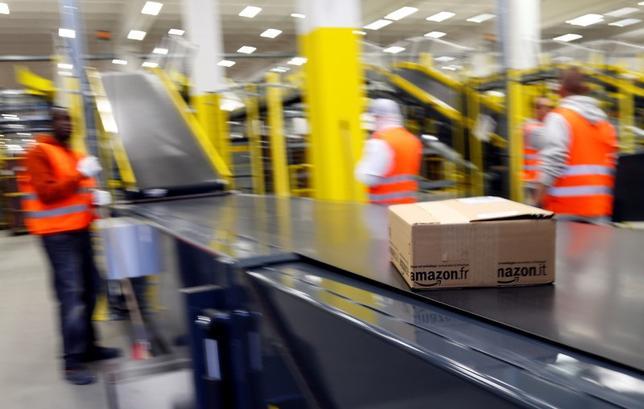 A parcel travels along a conveyer belt at Amazon's new distribution center in Brieselang, near Berlin November 28, 2013.  REUTERS/Tobias Schwarz
