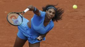 Tennis - French Open - Roland Garros - Serena Williams of the U.S. vs Teliana Pereira of Brazil - Paris, France - 26/05/16. Williams serves.  REUTERS/Gonzalo Fuentes
