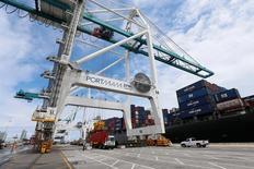 El crecimiento económico de Estados Unidos se desaceleró en el primer trimestre, pero no tanto como se creía inicialmente, ante una subida del gasto en construcción de casas y un incremento de la inversión en inventarios de parte de las empresas. En la imagen, un barco es descargado en el puerto de Miami, el 19 de mayo de 2016.  REUTERS/Carlo Allegri