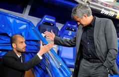 Técnicos Pep Guardiola (esquerda) e José Mourinho durante partida em Madri.     16/04/2011    REUTERS/Felix Ordonez