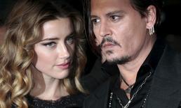 """Johnny Depp e Amber Heard na premiere britânica do filme """"Aliança do Crime"""", em Londres  11/10/2015 REUTERS/Suzanne Plunkett"""
