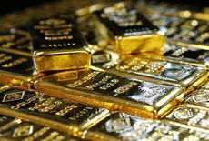 Слитки золота на заводе 'Oegussa' в Вене. 18 марта 2016 года. Цена на золото снижается в понедельник, но отыграла часть потерь после прохождения минимума с середины февраля, ниже $1.200 за унцию, в то время как комментарии главы ФРС о скором подъёме ставок помогли доллару вырасти до двухмесячного максимума. REUTERS/Leonhard Foeger