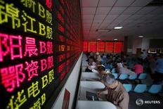 Инвесторы в брокерской конторе в Шанхае 26 мая 2015 года.  После того как возрождение беспокойств о китайской экономике ударило по азиатским акциям, перспектива более агрессивных повышений ставок в США теперь вынуждает мировых инвесторов продавать гособлигации и валюту региона. REUTERS/Aly Song/File Photo
