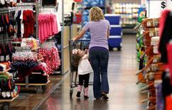 Les dépenses de consommation des ménages américains ont enregistré en avril leur plus forte hausse depuis plus de six ans et l'inflation a poursuivi sa remontée, deux signes supplémentaires de renforcement de la croissance qui pourraient convaincre la Réserve fédérale de relever ses taux d'intérêt, peut-être dès le 15 juin. Le département du Commerce a fait état d'une hausse de 1,0% de la consommation des ménages, qui a stagné en mars selon les chiffres révisés. /Photo d'archives/REUTERS/Rick Wilking