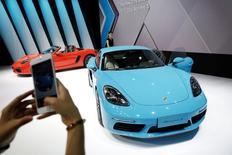 El beneficio subyacente de Volkswagen cayó menos de lo previsto en el primer trimestre, debido a que la demanda de automóviles de lujo Audi y Porsche ayudaron a contrarrestar el golpe a las ventas de la automotriz alemana tras su escándalo de manipulación de las pruebas de emisiones. En la imagen de archivo, una persona fotografía con su smartphone un Porsche 718 Cayman S durante la presentación del modelo en la feria Auto China 2016, en Pekín, el 25 de abril de 2016. REUTERS/Damir Sagolj