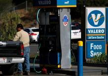 Una gasolinera de Valero en Encinitas, EEUU, Mayo 2, 2016. El exceso global de suministros de petróleo limitaría el avance de los precios este año pese a una serie de interrupciones no planeadas en la oferta y a una menor producción de crudo de esquisto en Estados Unidos, mostró el martes un sondeo de Reuters.    REUTERS/Mike Blake