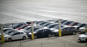 Las ventas de coches en España mantuvieron un fuerte crecimiento en mayo gracias en parte al tirón de las ventas a las empresas alquiladoras de coches. En la imagen de archivo, coches nuevos en una fábrica de SEAT en Martorell. REUTERS/Albert Gea