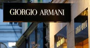 Логотип Giorgio Armani у бутика в Вене. 4 мая 2016 года. Итальянский производитель модной одежды и аксессуаров Giorgio Armani отчитался о замедлении роста выручки до 4,5 процента в 2015 году по текущему обменному курсу и сообщил, что базовая прибыль осталась практически неизменной. REUTERS/Leonhard Foeger