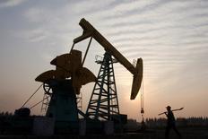 Les ministres des pays membres de l'Opep débattront jeudi de la fixation d'un nouveau plafond de production, a-t-on appris de quatre sources de l'organisation.  Une telle décision serait le fruit d'un compromis notable entre les membres du cartel, qui n'étaient pas parvenus lors de leurs précédentes réunions à se mettre d'accord sur une inflexion de leur politique. A farmer walks past a pump jack in the Sinopec's Jianghan oil field on the outskirts of Guanghua, central China's Hubei province November 4, 2007. Top Chinese oil producer China National Petroleum Corp (CNPC) has pledged to increase fuel supplies to ease domestic shortages after rival Sinopec said it would step up refining. Picture taken November 4, 2007. REUTERS/Stringer (CHINA) CHINA OUT
