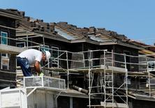 La actividad manufacturera de Estados Unidos se expandió en mayo por tercer mes consecutivo, pero el crecimiento de nuevos pedidos  a fábricas siguió desacelerándose, debido a que se enfrentaron la debilidad de la demanda en el exterior y un débil gasto del sector energético en capital. En la imagen, un trabajador de la construcción edifica varios viviendas de lujo situadas en Carlsbad, California, el 23 de mayo de 2016.    REUTERS/Mike Blake