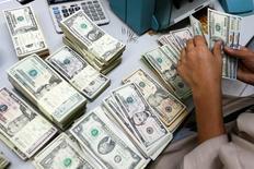 Funcionário de banco conta notas de dólar em Bangcoc, Tailândia 12/05/2016 REUTERS/Athit Perawongmetha