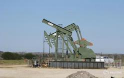 Станок-качалка в округе Девитт, Техас 13 января 2016 года.  Когда цены на нефть рухнули летом 2015 года, Стив Пруэтт, руководитель небольшой нефтедобывающей фирмы в западном Техасе, заглушил буровую установку, предпочтя платить $21.000 в день за её хранение вместо того чтобы бурить новые колодцы и терпеть большие убытки.  REUTERS/Anna Driver
