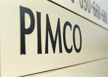 """Вывеска PIMCO на здании в Калифорнии. Глобальная инвестиционная компания PIMCO полагает, что вероятность голосования за сохранение членства Великобритании в ЕС составляет около 60 процентов, однако шанс голосования """"против"""" остаётся """"значительным"""", сказал управляющий директор PIMCO Майк Эми. REUTERS/Mike Blake"""