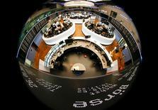 Les Bourses européennes sont dans le vert jeudi à mi-séance après une matinée hésitante, en attendant l'issue de la réunion de la Banque centrale européenne. À Paris, l'indice CAC 40 était stable (+0,04%, vers 12h30. À Francfort, le Dax prenait 0,09% et à Londres, le FTSE gagnait 0,36%. /Photo d'archives/REUTERS/Kai Pfaffenbach
