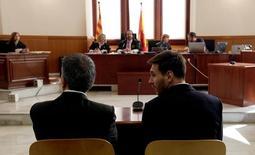 Lionel Messi ao lado do pai durante depoimento em tribunal de Barcelona. 02/06/2016 REUTERS/Alberto Estevez/pool