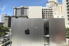 """Apple, à suivre jeudi sur les marchés américains. Goldman Sachs a abaissé son objectif de cours sur le fabricant de l'iPhone, de 136 dollars à 124 dollars, tout en maintenant sa recommandation à """"achat"""", car elle anticipe un ralentissement de la croissance du marché des smartphones. /Photo prise le 19 mai 2016/REUTERS/Noah Berger"""