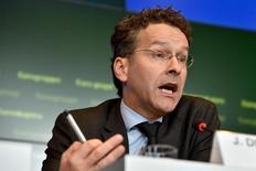 """Le président de l'Eurogroupe, Jeroen Dijsselbloem, s'en prend au président de la Commission européenne, Jean-Claude Juncker, à qui il reproche sa mansuétude à l'égard de la France. Dans une interview accordée au Figaro et à six autres quotidiens européens, le ministre néerlandais des Finances déplore que le président de la Commission ait justifié l'octroi de dérogations en matière de règles budgétaires """"parce que c'est la France"""". /Photo prise le 5 octobre 2015/REUTERS/Eric Vidal"""