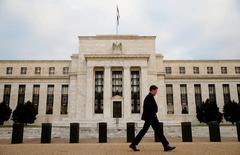 Здание ФРС в Вашингтоне. Федеральная резервная система США возможно будет вынуждена повременить с повышением процентной ставки на июньском заседании из-за роста опасений относительно экономических последствий референдума о членстве Британии в Евросоюзе. REUTERS/Kevin Lamarque/File Photo