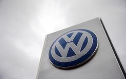 Volkswagen a obtenu l'aval des autorités allemandes à des modifications techniques sur certains de ses modèles, ce qui va lui permettre de rappeler plus de 800.000 des 8,5 millions de véhicules diesel affectés en Europe par le scandale des émissions polluantes. /Photo d'archives/REUTERS/Suzanne Plunkett