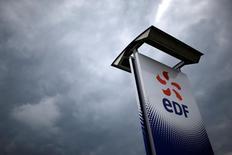 EDF a annoncé vendredi soir la convocation d'une assemblée générale extraordinaire le 26 juillet sur son projet d'augmentation de capital de quatre milliards d'euros. /Photo prise le 21 avril 2016/REUTERS/Stéphane Mahé