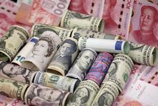 Банкноты разных стран. Доллар держится вблизи минимумов более трех недель к корзине основных валют в понедельник после выхода крайне разочаровывающих данных о занятости, заставивших инвесторов исключить вероятность повышения процентных ставок в США в июне. REUTERS/Jason Lee