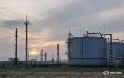 Предприятие Казмунайгаза на нефтяном месторождении в Кызылординской области Казахстана. 21 января 2016 года. Богатый нефтью Казахстан, страдающий от низких цен на сырье, ждет стабилизации добычи нефти в стране в 2017 году с последующим ростом объемов, в основном за счет Тенгиза, Карачаганака и запуска гигантского Кашагана, сказал министр энергетики Канат Бозумбаев. REUTERS/Shamil Zhumatov