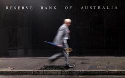 Мужчина проходит мимо зданяи Резервного банка Австралии в Сиднее 3 ноября 2015 года. Центробанк Австралии оставил процентную ставку без изменений во вторник, воздержавшись от очередного смягчения, и, похоже, повысил планку для нового понижения ставки, поддержав национальную валюту. REUTERS/Jason Reed/File Photo