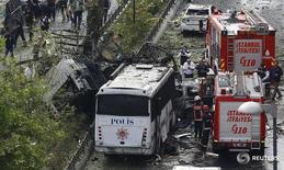 Пожарные машины на месте взрыва в Стамбуле 7 июня 2016 года. Жертвами взрыва заминированного автомобиля в центральном районе Стамбула во вторник стали двое, еще восемь человек получили ранения, сообщила газета Haberturk.  REUTERS/Osman Orsal