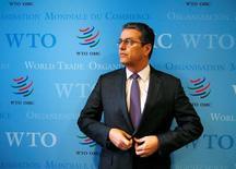 El director de la OMC, Roberto Azevedo, posa para una foto tras una entrevista con Reuters en Ginebra, Suiza. 3 de junio de 2016. La competitividad de las empresas de Reino Unido sufrirá si los británicos votan a favor de abandonar la Unión Europea, advirtió el martes el jefe de la Organización Mundial de Comercio (OMC) durante una visita a Londres.  REUTERS/Denis Balibouse
